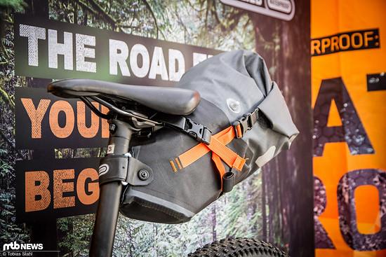 Das Seat-Pack M bietet 11 l Volumen und stützt sich an Sattelstütze und Sattel ab