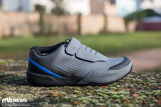 Auf der Außenseite ist der Schuh mit einem leichten Gummi-Protektor ausgestattet ...
