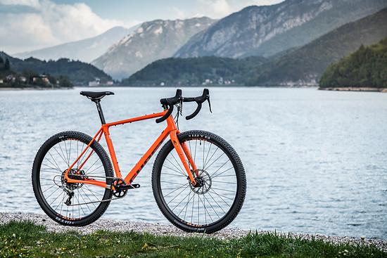 Das Ghost Fire Road Rage 6.9 LC positioniert Ghost als Gravelbike-Interpretation eines Mountainbike-Herstellers