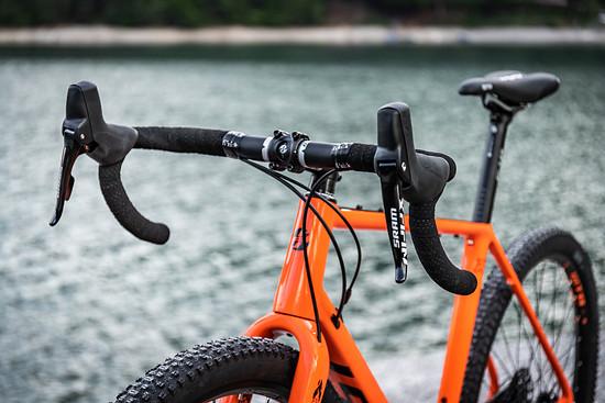 Klassisches Rennrad-Cockpit mit Schalt-Bremshebel-Kombination von SRAM