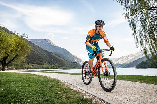 Das Gravelbike kreuzt Rennrad Geometrie mit der Möglichkeit, auch mal abseits geteerter Straßen unterwegs zu sein