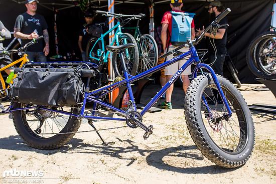 Lastenrad auf amerikanisch: Das Surly Big Fat Dummy ist ein superlanges Fatbike-Lastenrad, bei dem die ganze Familie mitfahren können sollte – nur in den Kofferraum passt es definitiv nicht mehr