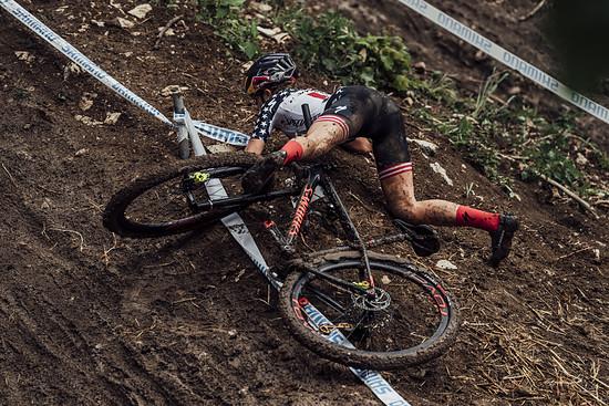 Ungeplanter Kontakt mit dem Boden: Kate Courtney kommt nach dem extrem steilen Mitas Drop zu Fall. Es war bei weitem nicht der einzige Sturz an diesem Wochenende.
