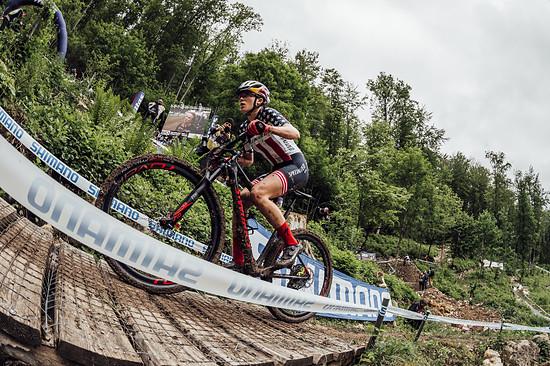 Kate Courtney kämpft sich den steilen Anstieg im Bullentäle hinauf.
