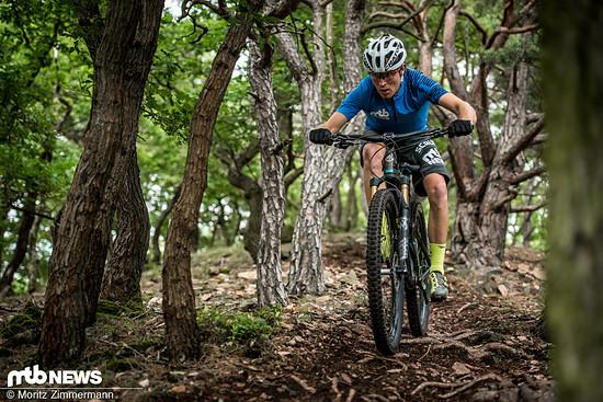 Bergab zeigt sich das SB100 von seiner besten Seite: Egal ob Steine, Wurzeln oder rutschige Kurven – das Bike vermittelt viel Sicherheit und lädt dazu ein, die Bremse offen zu lassen
