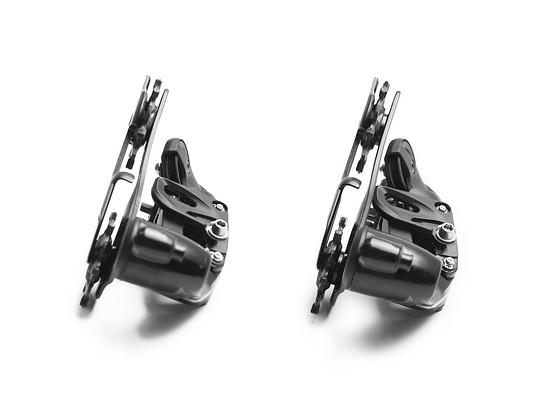 Links ist ein herkömmliches SRAM 11-fach-Schaltwerk zu sehen, rechts davon sieht man die auf 12-fach umgerüstete Variante.