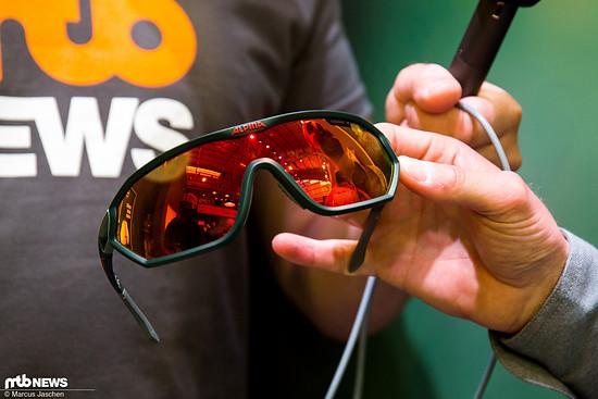 Neben Helmen gibt es von Alpina auch Brillen