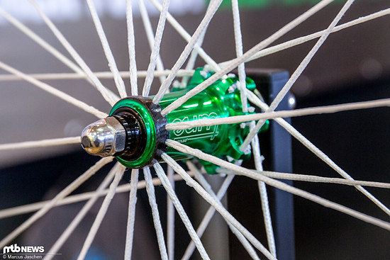 Der Tune BlackBurner 29 TE Laufradsatz kommt mit Textil-Speichen und bringt 999g auf die Waage.