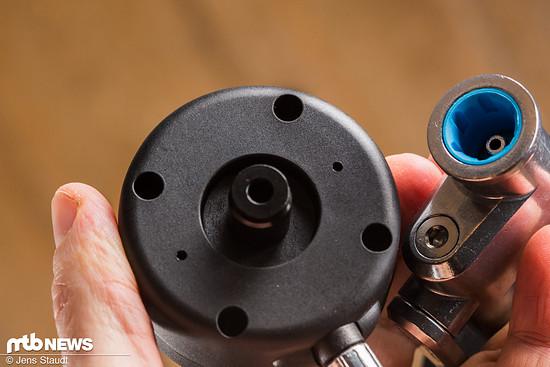 Klick – per Magnetverschluss rastet die Manometer-Schlaucheinheit auf der Pumpe oder dem Reservoir ein