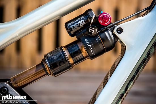 Hustle und Flow: Per Knopfdruck am Lenker lässt sich der Federweg am Heck von 150 mm auf 120 mm reduzieren
