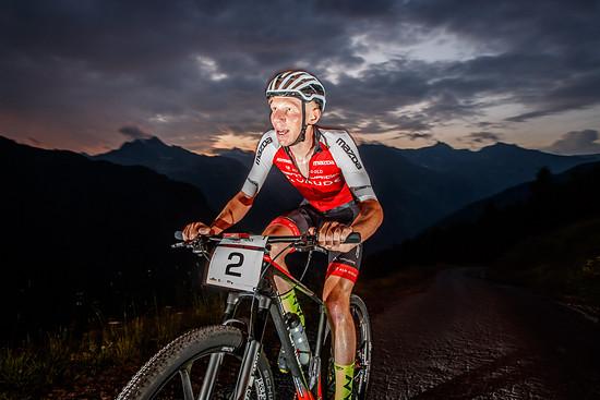 Auf der ersten Etappe, einem 7,33 Kilometer langen Bergrennen, siegte Daniel Geismayr mit großem Vorsprung. Der Österreicher brachte sich selbst aber um alle Chancen in der Gesamtwertung - ein Sturz beim Marathon warf ihn zurück