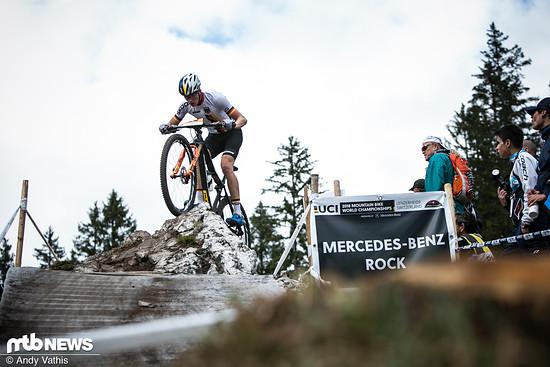 Niklas Schehl fährt über den Mercedes-Benz Rock