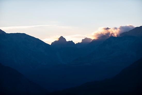 Neuer Tag - Wechsel der Talseite: Die Fahrer fuhren auf der zweiten Etappe von Bettmeralp nach Grächen