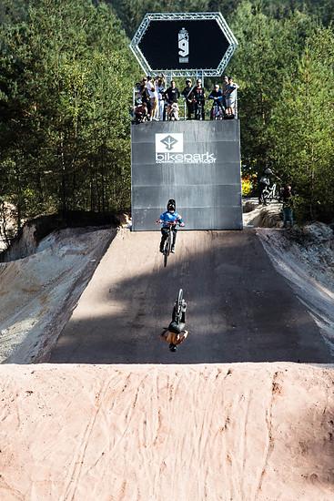 Backflip Train von Nicholi Rogatkin und Daniel Ruso auf dem separaten Trick Jump