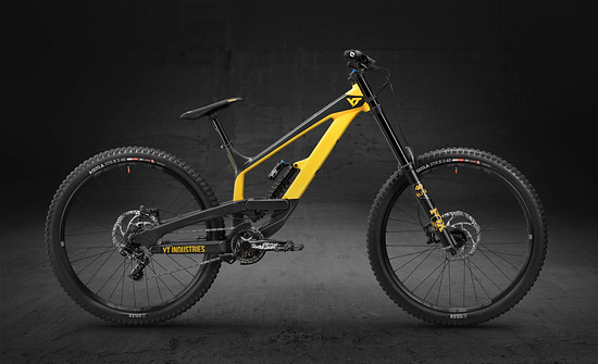 Satter Bolide: Das YT Industries TUES AL in Coal Grey/Fallout Yellow wiegt 17.2 kg und kostet 2.699 €