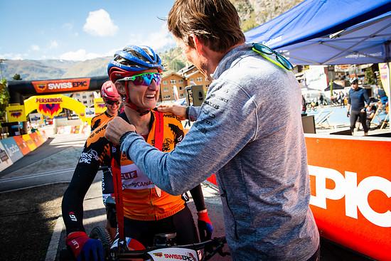 Verdiente Siegerinnen! Catherine Pendrel und Haley Smith nehmen die Glückwünsche von Thomas Frischknecht entgegen.