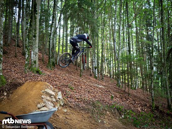 Der deutsche Junioren-Meister im Downhill, Simon Maurer, testet die Absprungrampe