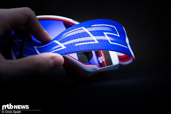 Zwei Silikonstreifen am breiten Brillenband sollen für Halt sorgen