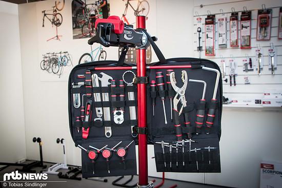 Feedback präsentiert einmal mehr praktische Montageständer inklusive Werzeugtaschen.