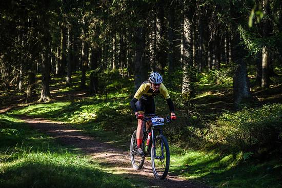Zunächst ging es auf breiten Schotterwegen bergauf. Perfekt, um sein eigenes Tempo zu finden. Doch anschließend begann das Trailspektakel mit der ersten coolen Abfahrt!