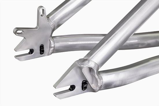 Das Airdrop Fade verfügt über eine stabile, kompakte und unkomplizierte Bauweise mit internen CNC-Kettenspannern