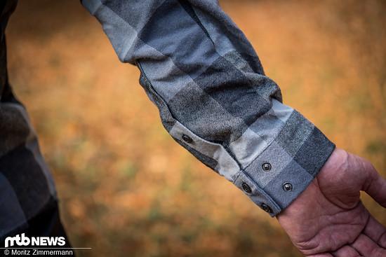 Über Druckknöpfe lässt sich die Weite der Ärmel anpassen.