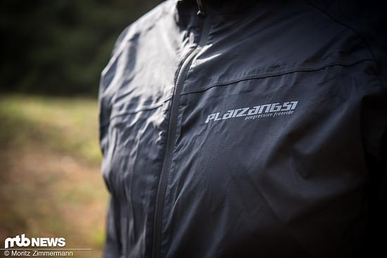 Eine wasserfeste Herbst- und Winterjacke muss nicht teuer sein: Das beweist Platzangst mit der 79,90 € teuren DFL II-Jacke …