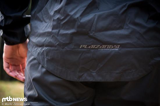 Im Rückenbereich ist die schwarze Jacke angenehm lang geschnitten. Insgesamt ist die Passform gelungen.