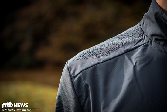 Silikon-Applikationen auf den Schultern des Endura MT500 Thermo-Trikots sollen eine gute Kompabilität mit Rucksäcken gewährleisten.