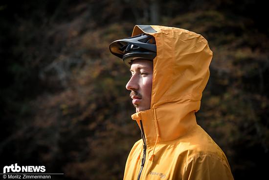 Die Kapuze der Endura MT500-Jacke ist großzügig geschnitten und passt problemlos über den Helm