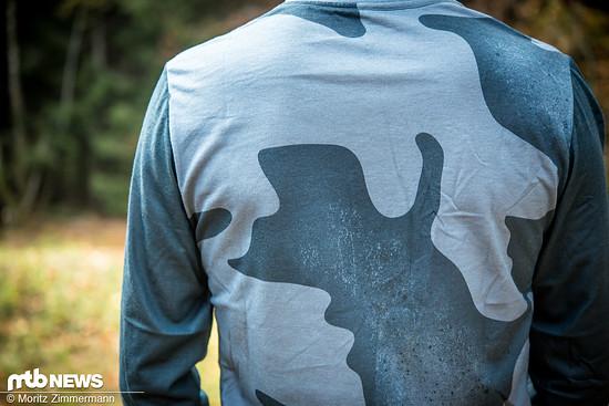 … ist der verlängerte Rückenbereich im Camouflage-Design gehalten.
