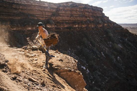 Dustin Gilding ist einer der Helfer von Carson Storch und schaufelt fröhlich im Sand herum