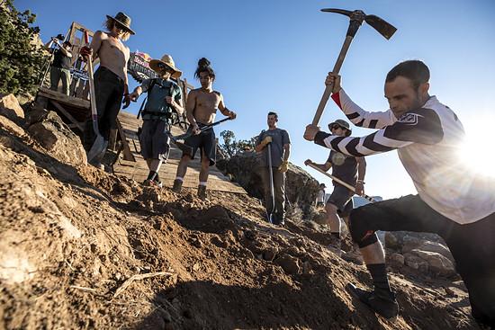 Fünf stehen rum, einer arbeitet: Cam Zink präpariert seine Line