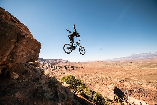 Vinny T mit einem Suicide Nohand Drop: Leider blieb dem Franzosen bei einem verhältnismäßig niedrigen Drop das Hinterrad hängen, wodurch auch er hart zu Boden ging.