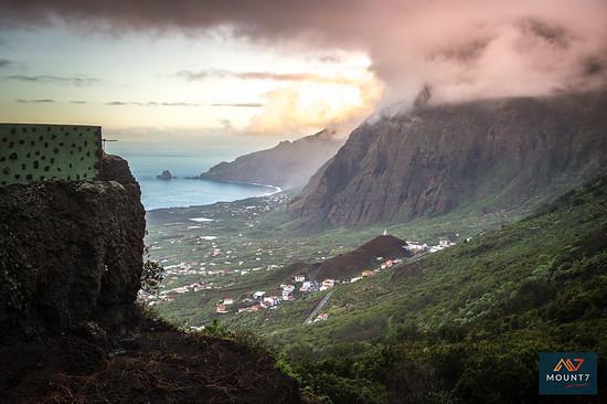 Wolken an den Hängen der Insel