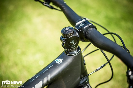 Die Kombination aus 760 mm breitem Yeti Carbon-Lenker und 50 mm kurzem Race Face Turbine-Vorbau würde auch an einem Trailbike keine verwunderten Blicke auf sich ziehen.