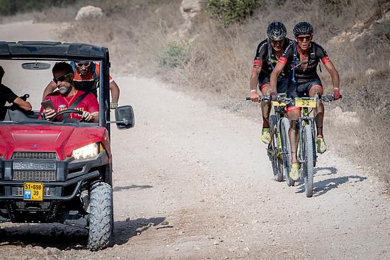 Auf der ersten Etappe konnten sich die beiden Nachwuchshoffnungen von der Konkurrenz absetzen und nur knapp ihren herausgefahrenen Vorsprung verteidigen