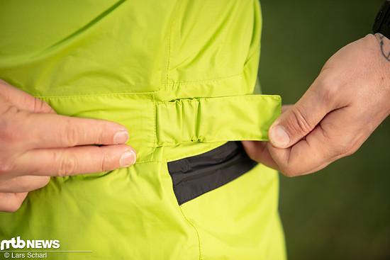 Der Vaude Moab Rain Suit besitzt an der Taille zwei Straps