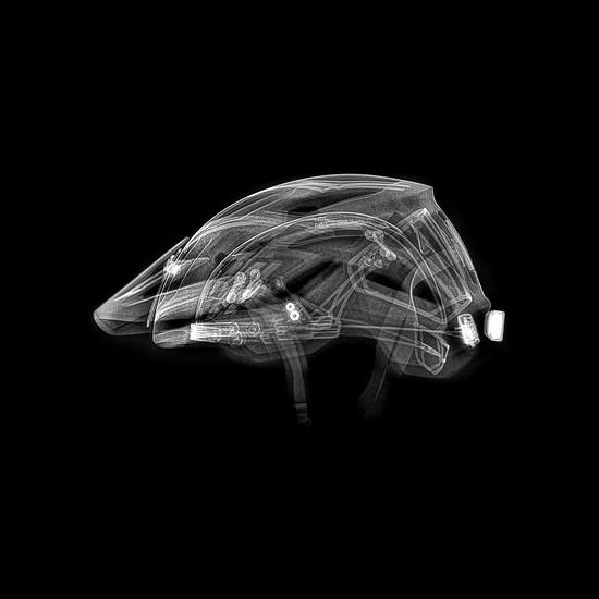 Im Helm sind Beschleunigungsmesser und ein Gyroskop integriert. Das System soll in der Lage sein, schwere Stürze zu erkennen und nur bei einer tatsächlichen Verletzung den Alarm auszulösen