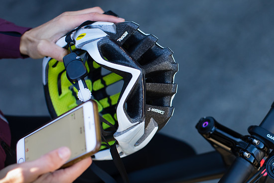 Das neue Specialized ANGi-System ist unauffällig in den Helm integriert und wird über eine App gesteuert