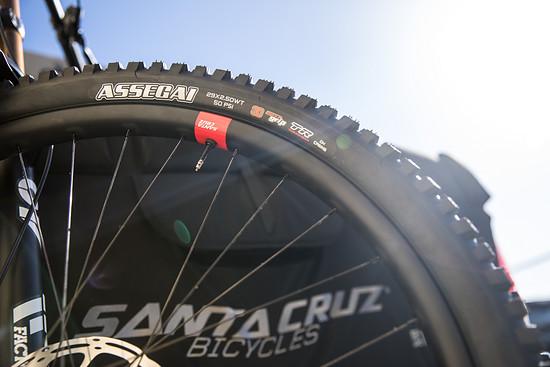 Die neuen Santa Cruz Reserve DH-Laufräder kommen in 31 mm Innenweite und sollen außerordentlich stabil sein