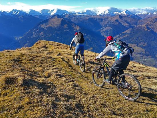 ... für ihn geht es aus eigener Kraft bergauf, gern auch mal mit dem Bike auf dem Rücken