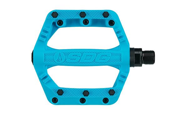 Die SDG Slater 90-Pedale bestehen aus einem Kunststoff-Gehäuse mit Stahl-Pins und einer Stahl-Achse.