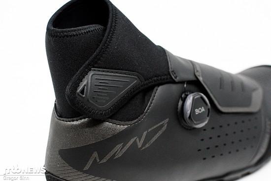 Der hochgezogene Neopren-Schaft schützt die Füße vor entlang des Beins eindringendem Wasser oder Schmutz.