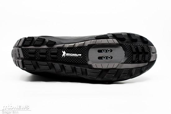 Die Michelin-Sohle des Shimano SH-MW701-Winterschuhs trumpft dank grober Stollen und einer griffigen Gummimischung mit jeder Menge Halt auf rutschigen Untergründen auf.