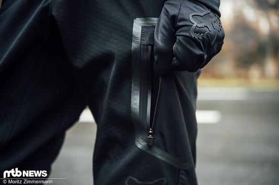 Die Tasche auf dem Oberschenkel verfügt über einen wasserdichten Reißverschluss und bietet ausreichend Stauraum.