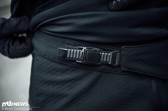 Über einen Ratschenverschluss lässt sich die Hose einfach anpassen, zusätzlich verhindern Silikonstreifen im Bund das Herunterrutschen.