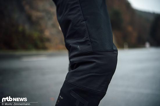Die lange Fox Attack Fire Softshell Hose trägt sich dank stretchigem Softshell-Material sehr angenehm und bietet ausreichend Platz für Knieschoner.