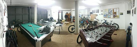 Neben Trails bei einer Testwoche sehr wichtig: eine riesige Garage zum abendlichen Reinigen und Schrauben