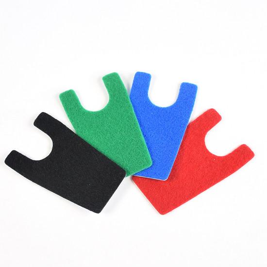 Mittels farbiger Fleece-Pads lässt sich die Wandhalterung individuell anpassen.